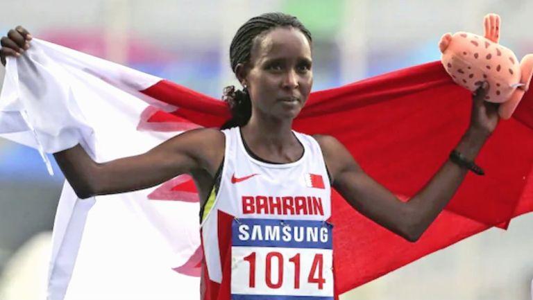 Eunice Kirwa celebra después de ganar el oro en el maratón femenino