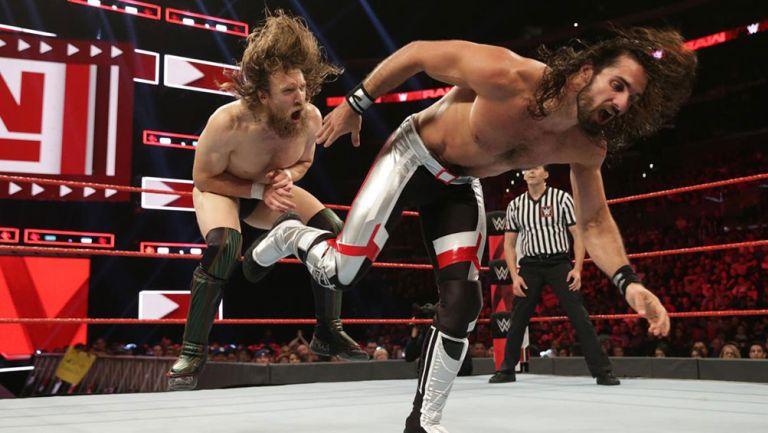 Seth Rollins le da una patada a Daniel Bryan
