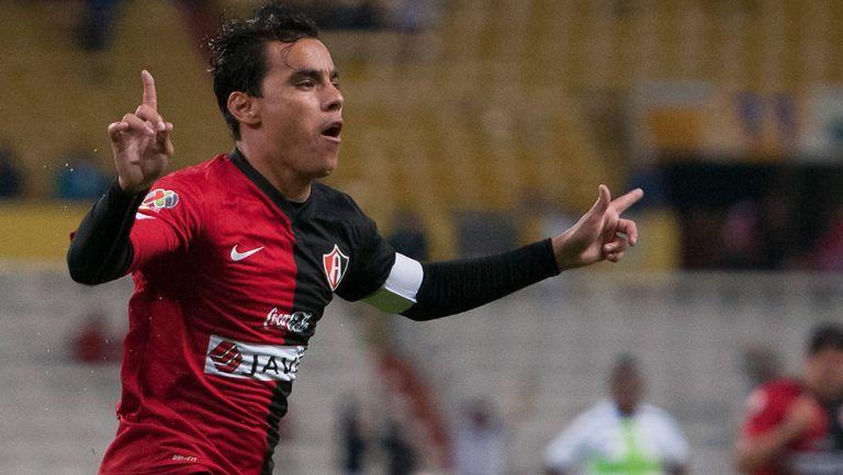 Bravo festeja un gol en su etapa con los Rojinegros