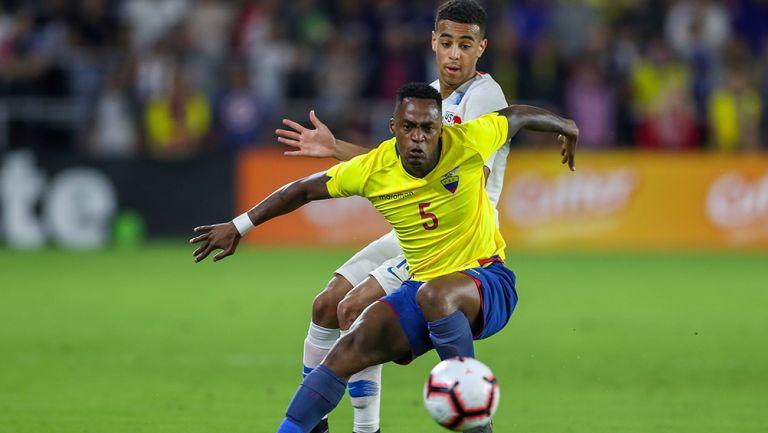 Renato pelea el balón en un duelo amistoso ante Estados Unidos