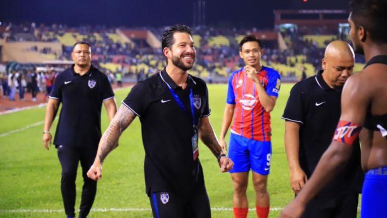 Benjamín Mora festeja el título de Liga con sus jugadores