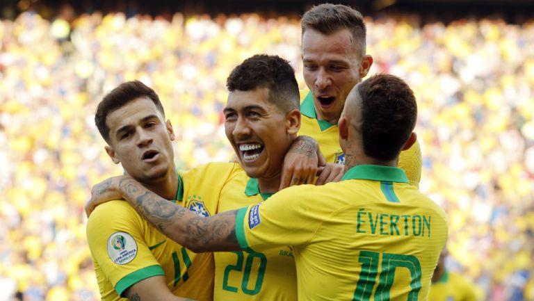 Selección de Brasil celebra una anotación frente a Perú