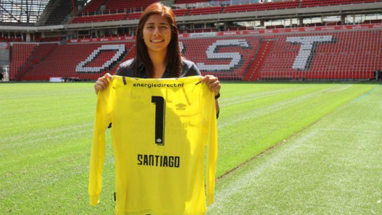 Cecilia Santiago posando con su camiseta