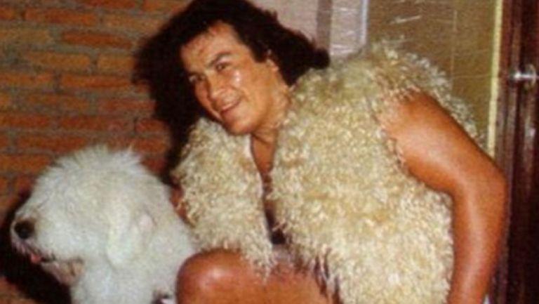 Perro Aguayo posa antes de una lucha