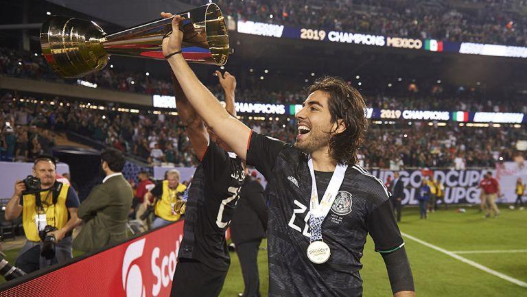 Rodolfo Pizarro levanta trofeo de la Copa Oro