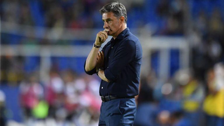 Míchel González observa el duelo de Pumas vs Celaya