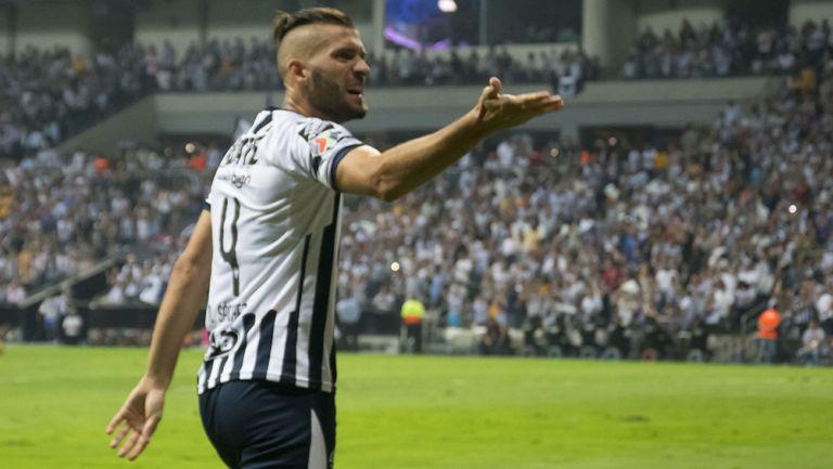 Nicolás Sánchez reclama una acción en juego de Monterrey