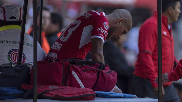 Jonatan Maidana abandona el terreno de juego tras lesión