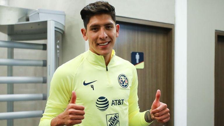 Edson Álvarez posa con ropa del América