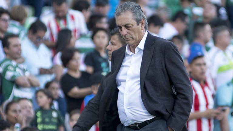 Tomás Boy, cabizbajo en el encuentro contra Santos