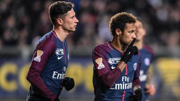 Julian Draxler y Neymar en el terreno de juego