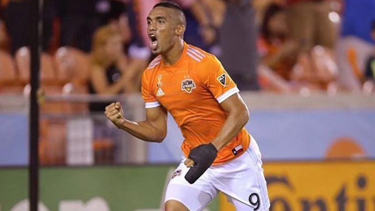 Manotas celebra un gol con el Hoston Dynamo