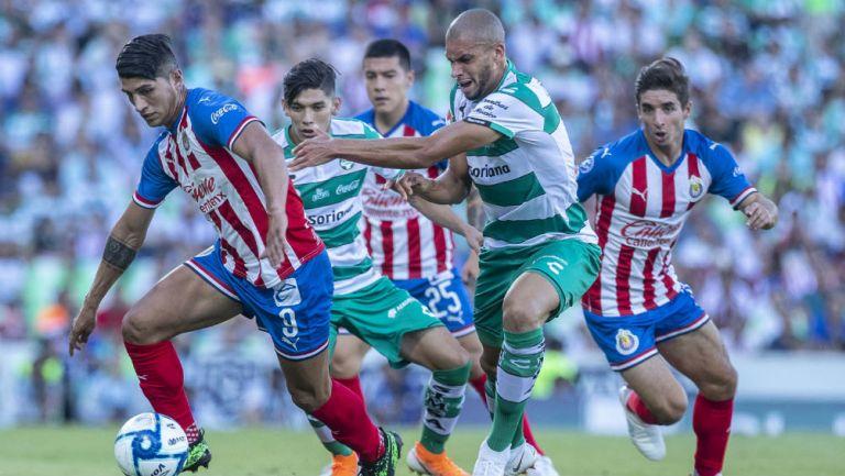 Pulido en la disputa por el balón durante el partido ante Santos de la jornada pasada