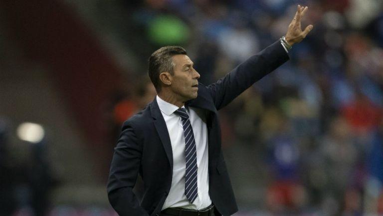 Pedro Caixinha levanta la mano en un juego de Cruz Azul