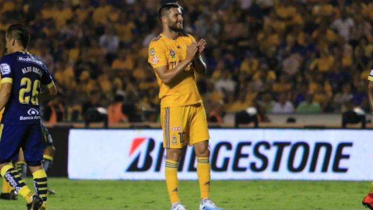 Gignac celebra gol en el Volcán