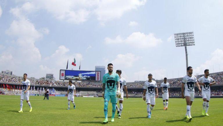 Jugadores de Pumas tras un partido en CU
