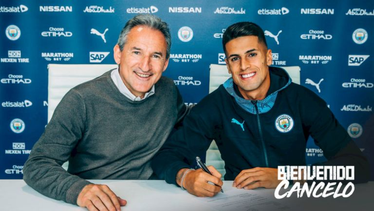 Cancelo durante la firma de su contrato con el Manchester City