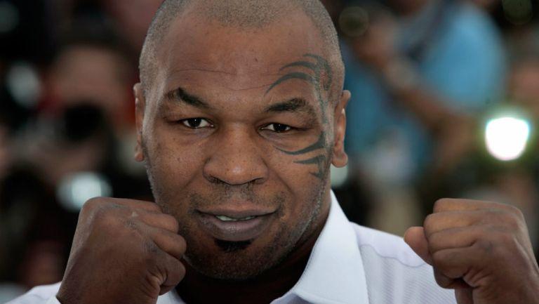 Mike Tyson con su tradicional pose de boxeador
