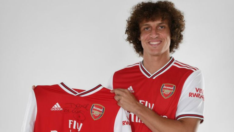 David Luiz posando con el uniforme del Arsenal