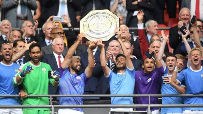 Jugadores del Man City levantan un título