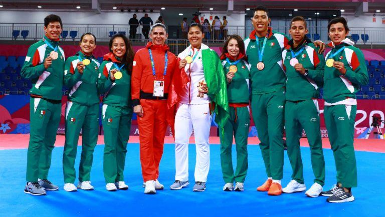 Ana Guevara junto a los medallistas de taekwondo