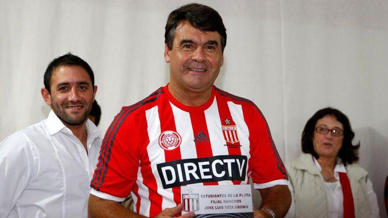 José Luis Brown recibe un reconocimientos de Estudiantes