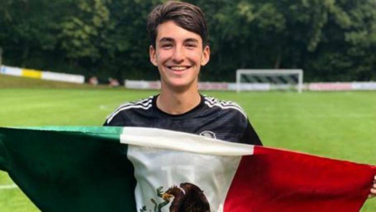 Abreu posa con la bandera de México
