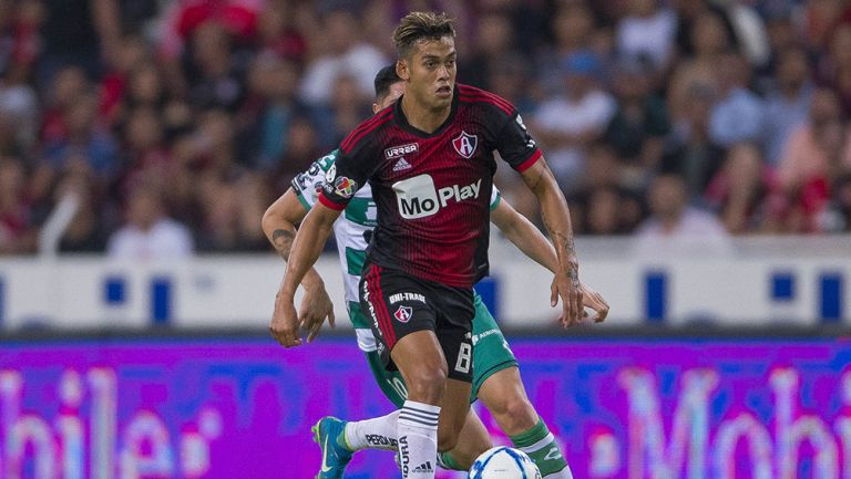 Andrés Andrade conduce balón en juego contra Santos