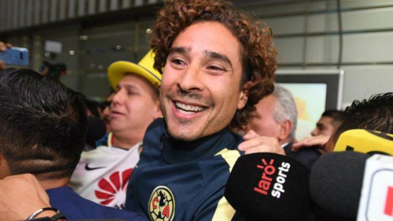 Memo Ochoa sonríe en su llegada a la CDMX