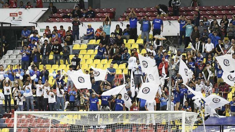 Afición de Cruz Azul anima a su equipo en el Apertura 2019