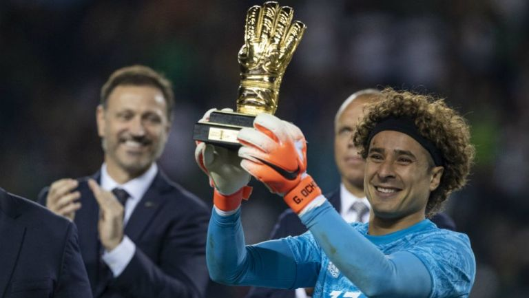 Guillermo Ochoa con su trofeo al mejor portero de la Copa Oro
