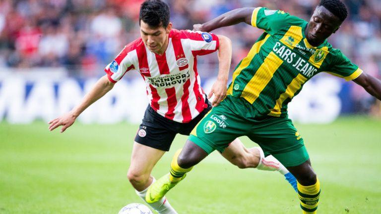 Hirving Lozano disputa el balón en un juego con el PSV