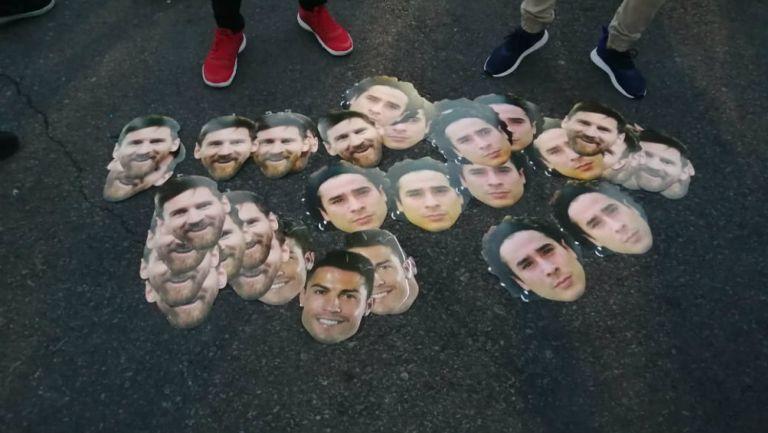 Máscaras de Memo Ochoa estuvieron presentes en el Estadio Azteca