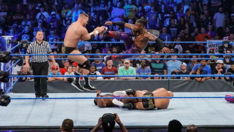 Kofi Kingston, uno de los luchadores que estarán, propina un castigo
