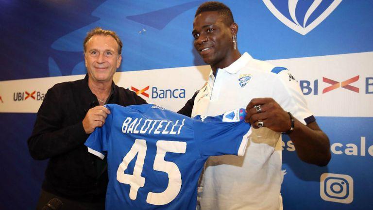Mario Balotelli posando con la playera del Brescia en su presentación