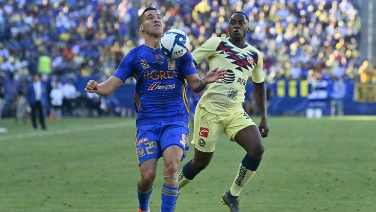 Dueñas e Ibarra disputan un balón en el Campeón de Campeones