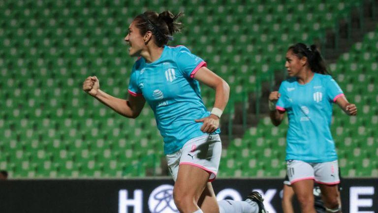 Mónica Monsiváis festeja su gol vs Santos