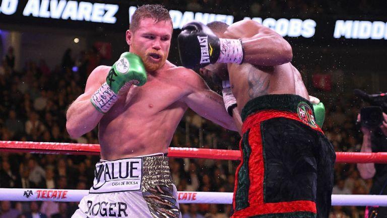 Canelo Álvarez le da un golpe a Daniel Jacobs