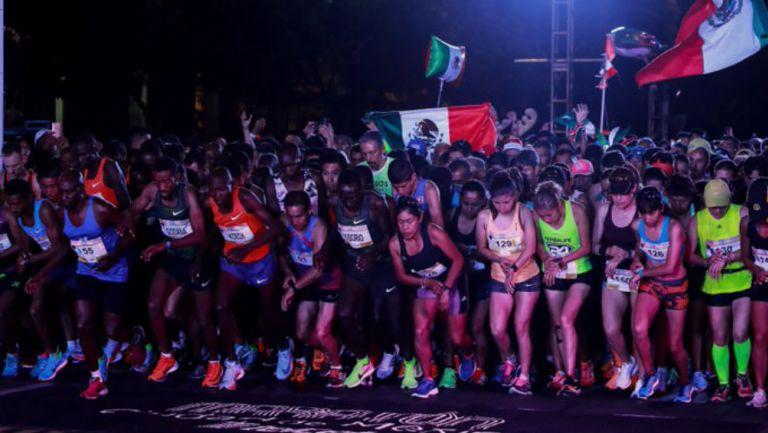 Corredores previo a la salida del Maratón de la CDMX