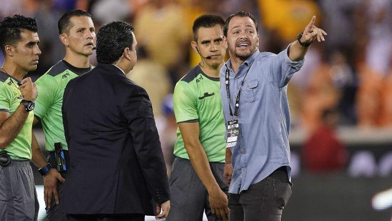 Santiago Baños le reclama al cuerpo arbitral del duelo vs Tigres