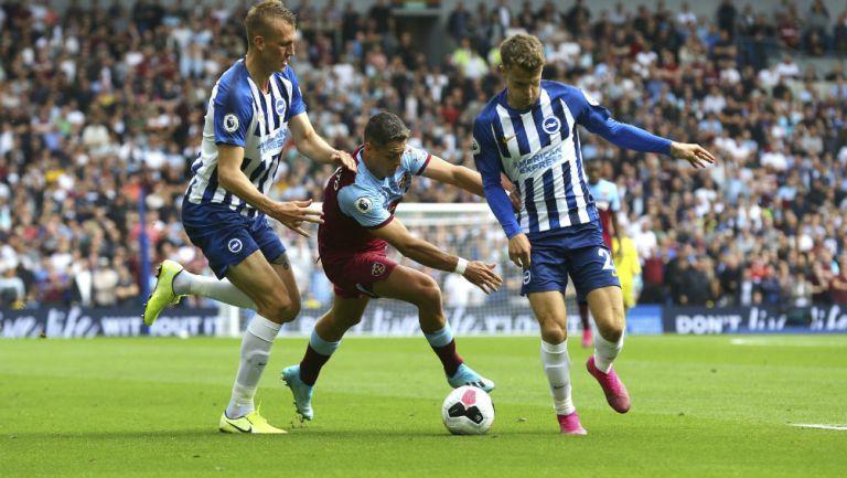 Chicharito pelea el balón en el partido ante el Brighton