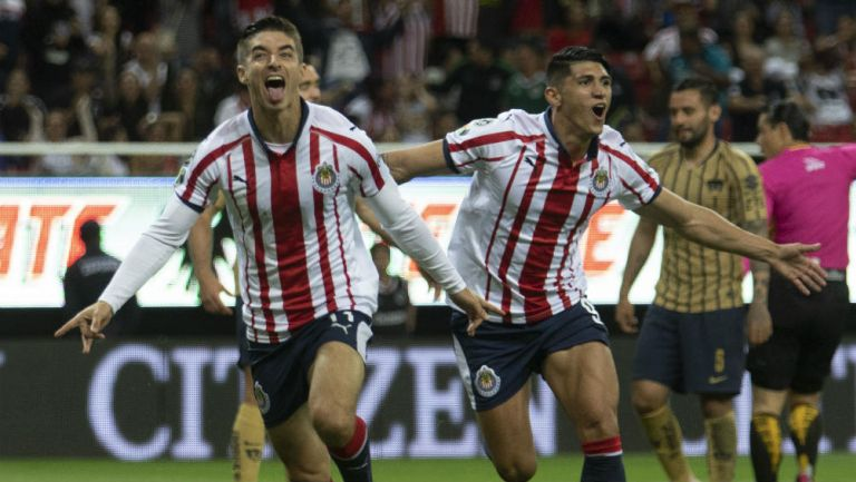 Isaac Brizuela festeja un gol con Chivas