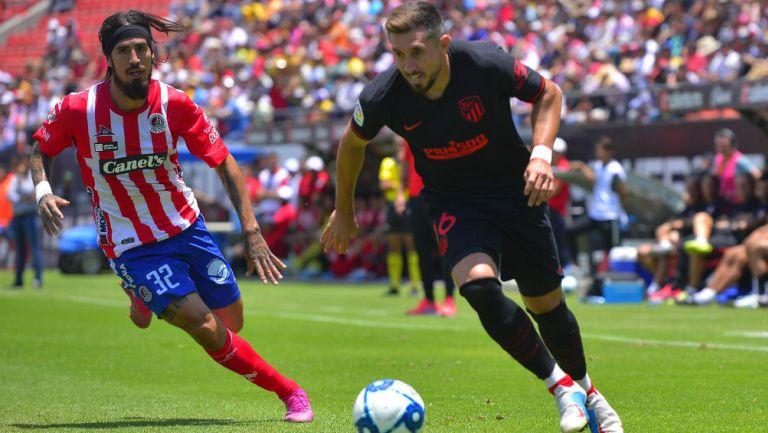 Héctor Herrera durante un duelo con el Atlético de Madrird