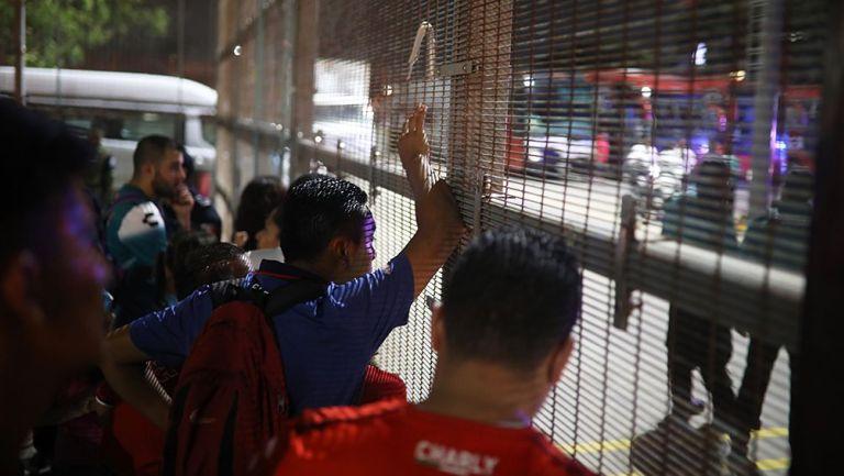 Aficionados del Veracruz afuera del Pirata Fuente
