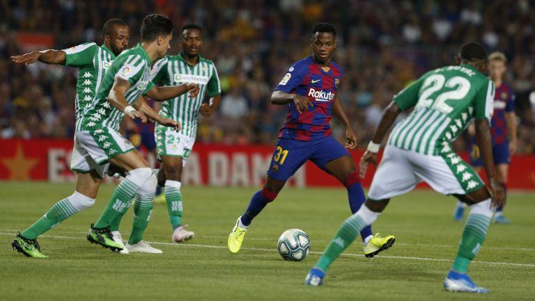 Ansu Fati, jugador del Barcelona, entre defensas bético