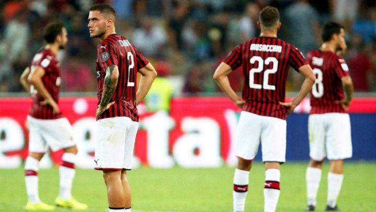 Jugadores del Milan lamentando la derrota
