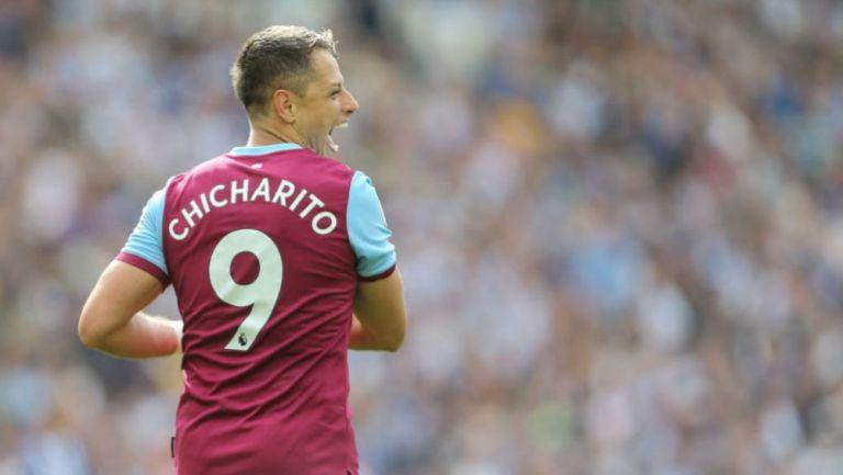 Chicharito, durante un partido con el West Ham