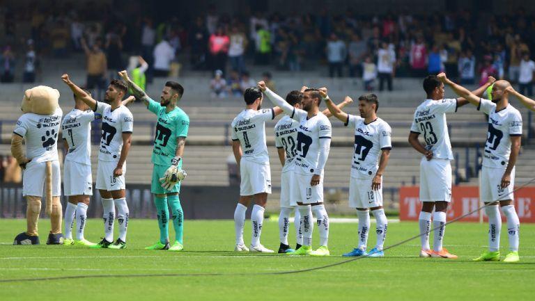 Jugadores de Pumas entonando el himno universitario