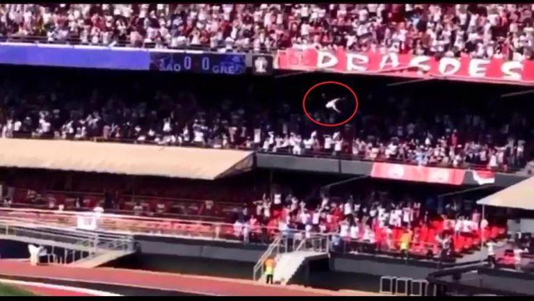 Aficionado cae de tribuna y sobrevive en estadio de Brasil