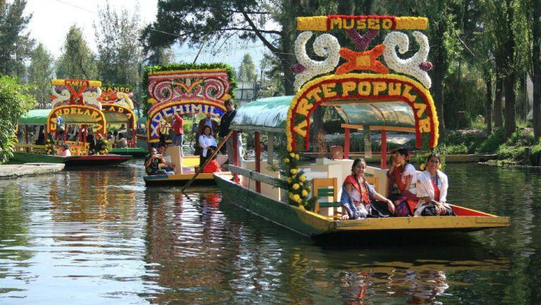 Trajineras de Xochimilco navegando sobre el canal